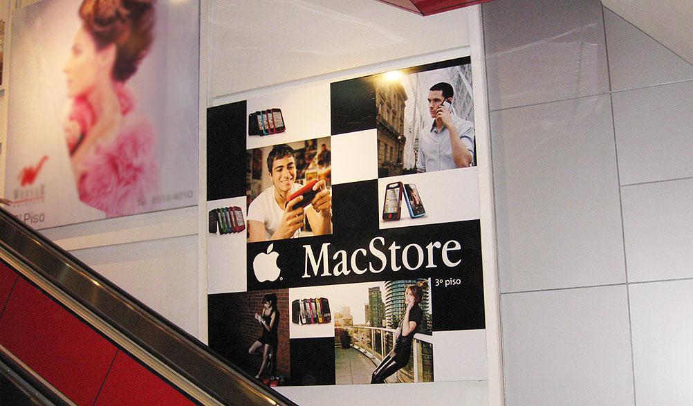 Painel de divulgação da loja MacStore no Shopping Leblon, Rio de Janeiro